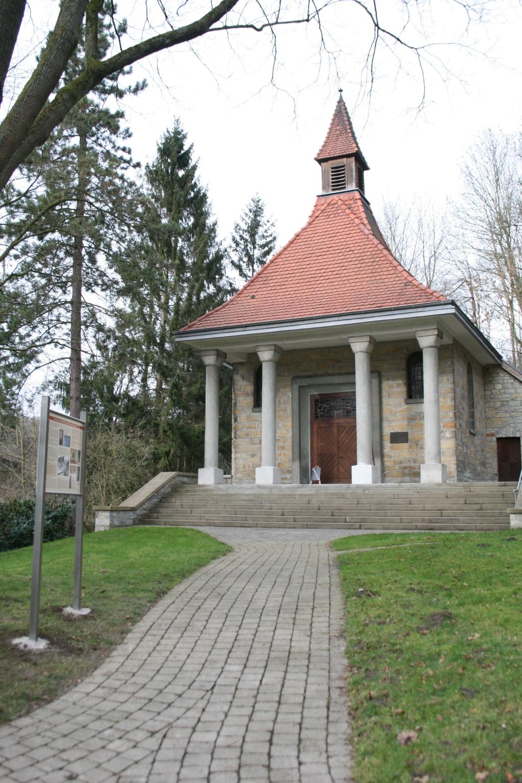 Kluskapelle Ahden mit Schild